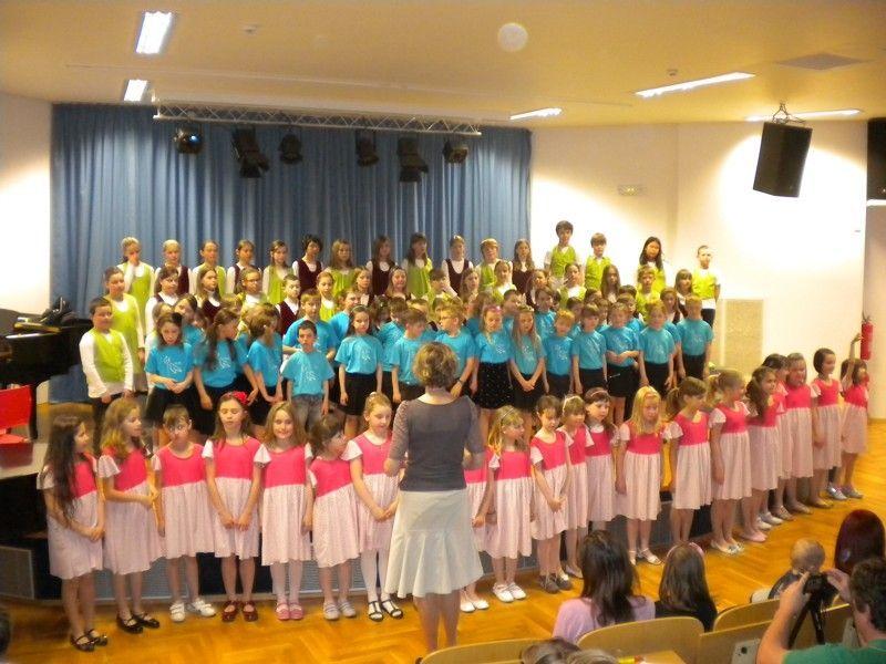 Popis: Vpondělí 20. 4. se vkoncertním sále konal koncert našich sborů ahostujícího sboru z14. ZŠ Rolnička.